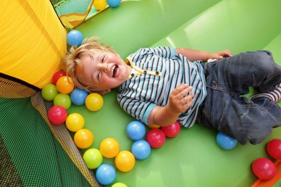 ילד בבריכת כדורים הקמת משחקיות